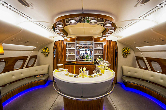 בר במטוס של חברת Emirates