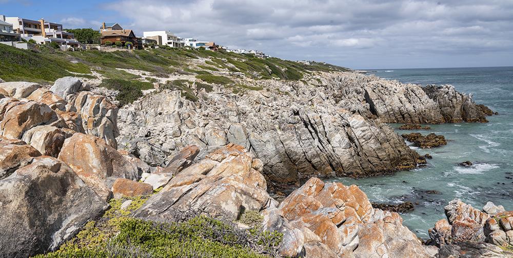 לינה בווילות על צוקים מעל הים בדרום אפריקה